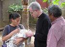 Almudi.org - D. Carlos, visitando familias en Desenredo