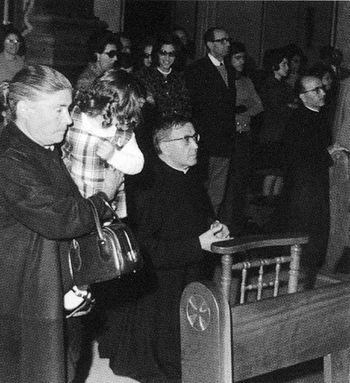 San Josemaría rezando ante Ntra Sra de los Desamparados, 1972