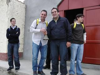 Almudi.org - Dani Navarro con Esteban en la puerta de la parroquia de Playa Hermosa