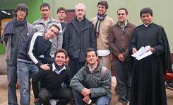 Almudi.org - El grupo de voluntarios con el Padre Alejandro Zelada. Foto Galia Gálvez