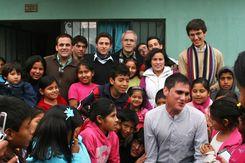 Almudi.org - Los voluntarios rodeados del cariño de todo, Perú'10. Foto de Galia Gálvez