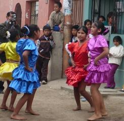 Almudi.org - No sólo hubo poesías, también bailes típicos peruanos
